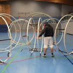 Marius C. Lausen mit Rhönrädern in der Turnhalle